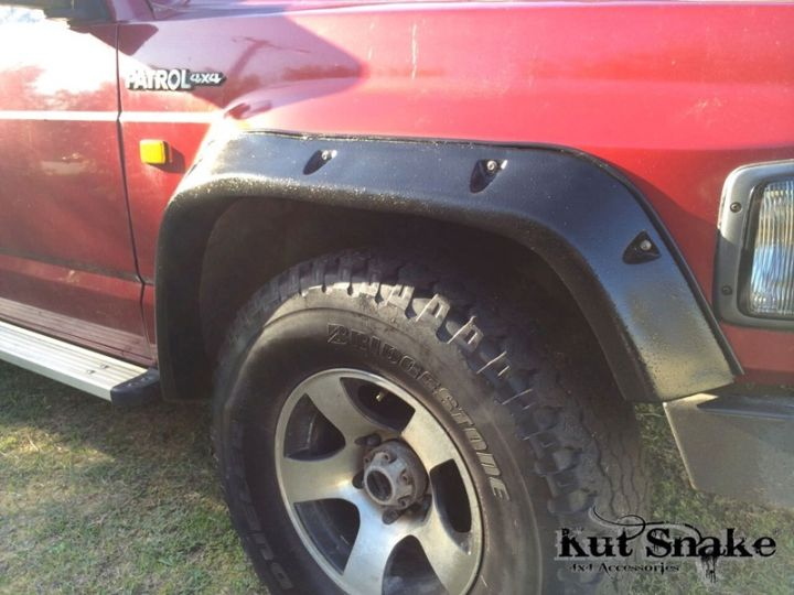 Kut Snake fender flares 100 mm.  It also fits 3 and 5 door models.  Front set (-)